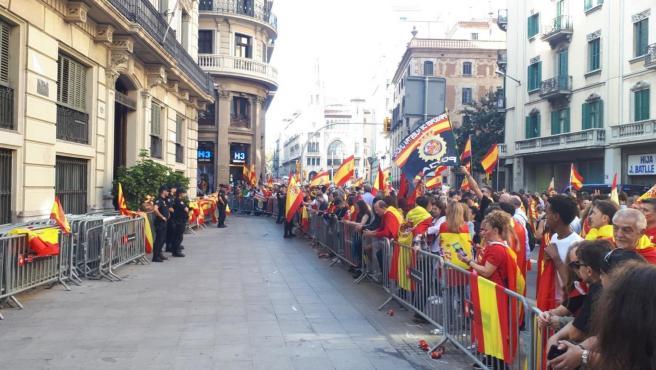 Concentrados ante la Jefatura de Policía Nacional en Barcelona en apoyo a la actuación policial en los disturbios tras la sentencia del proceso independentista, en la Via Laietana, el 27 de octubre de 2019