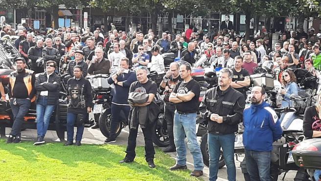 El diputado de Ciudadanos Sergio García, segundo por la derecha, participa en la movilización de motoristas por sistemas de guardarraíles más seguros en Gijón.