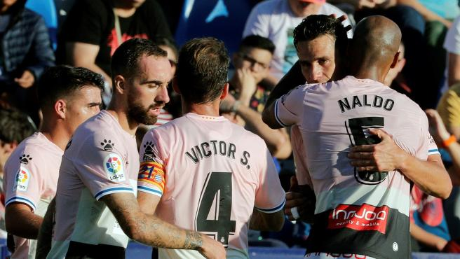 Los jugadores del Espanyol celebran el gol de Bernardo.
