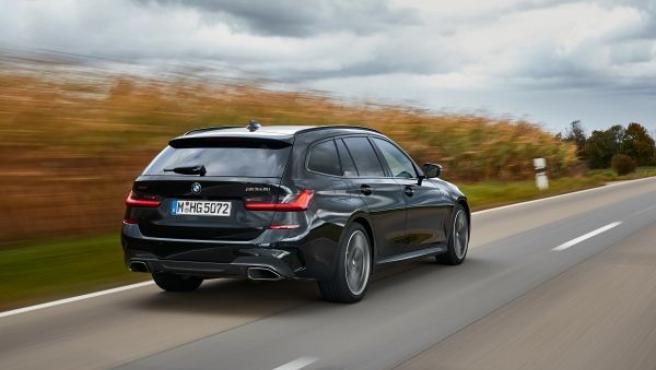 El vehículo cuenta con una suspensión M Sport que incluye dirección deportiva variable y frenos M Sport.