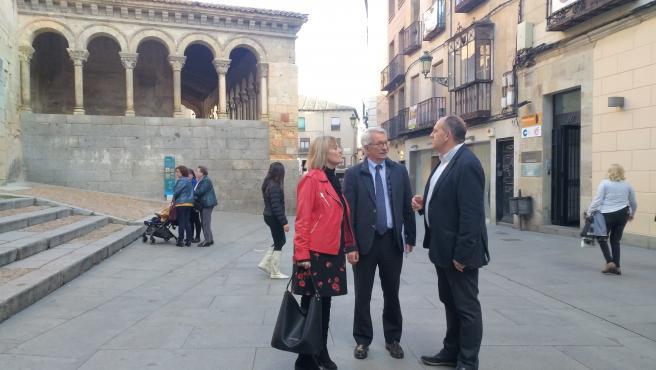 De izquierda a derecha, la candidata socialista al Senado, Ana Agudiez, seguida del secretario de Estado de Educación, Alejandro Tiana, y del primer candidato del PSOE al Congreso, Jose Luís Aceves, en la Calle Real de Segovia.