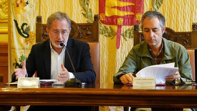 El concejal Manuel Saravia, con el director del Servicio de Planeamiento Urbanístico.