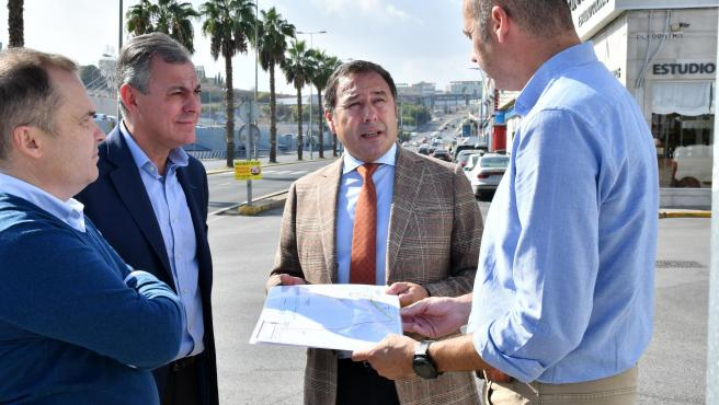 El delegado del Gobierno de la Junta de Andalucía en Sevilla, Ricardo Sánchez, y el alcalde de Tomares, José Luis Sanz, en un visita al municipio