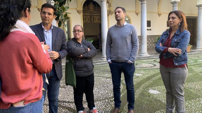 El portavoz del PSOE en el Ayuntamiento, Francisco Cuenca, con ediles y familiares de afectados por el cierre del Pabellón Mulhacén