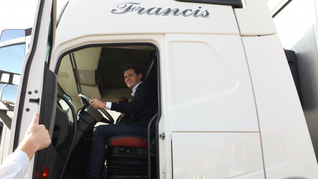 El presidente del Ciudadanos, Albert Rivera, se monta en un camón tras su reunión con transportistas en el área de servicio de la N-II, en Alfajarín /Zaragoza