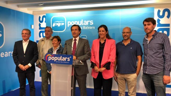 El presidente del PP balear, Biel Company (4i) junto con los alcaldes de Sóller, Selva, Santanyí, Campos, Sineu