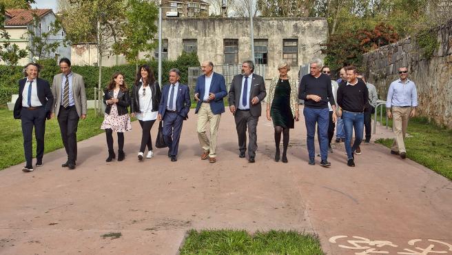 El secretario general del PRC, Miguel Ángel Revilla, y el candidato al Congreso, José María Mazón, acompañados de otros cargos del partidos, visitan La Remonta