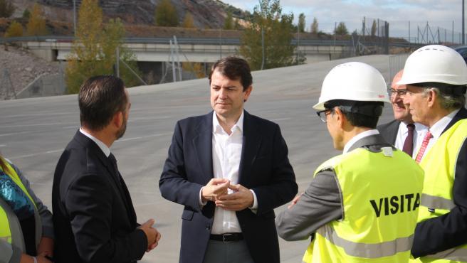 Fernández Mañueco a su llegada a las instalaciones de Copiso, en Soria.
