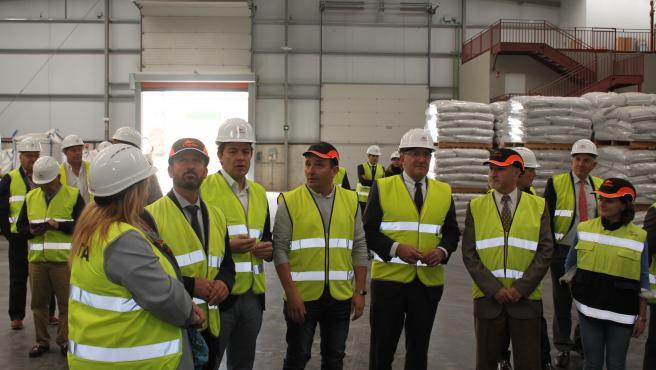 Fernández Mañueco visita las instalaciones de la Cooperativa Copiso Soria junto a los directivos de la empresa.