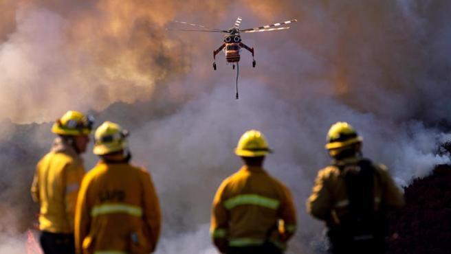 Un grupo de bomberos durante la lucha el incendio Getty, cerca de Los Ángeles, California (EE UU).