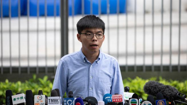 El activista líder del partido demócrata de Hong Kong, Joshua Wong, habla en una conferencia de prensa frente al Consejo Legislativo en Hong Kong, China.