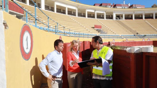 La alcaldesa de Marbella, Ángeles Muñoz, informa de que el Ayuntamiento destinará un millón de euros a la rehabilitación de la Plaza de Toros para que albergue eventos culturales