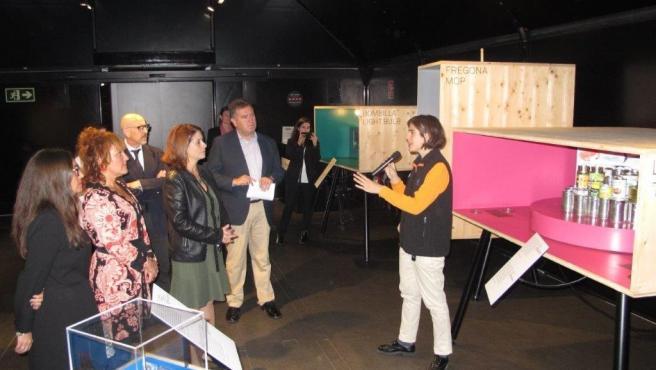La alcaldesa de Teruel, Emma Buj, la directora de oficina de CaixaBank en Teruel, Ana Virginia Jarauta y la delegada de la Fundación Bancaria 'la Caixa' en Aragón y la Rioja, Alejandra Usón