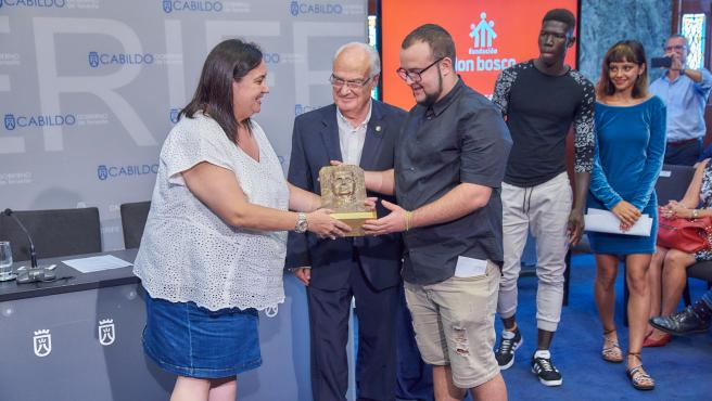 La consejera de Acción Social del Cabildo de Tenerife, Marián Franquet, recibe un busto de Don Bosco