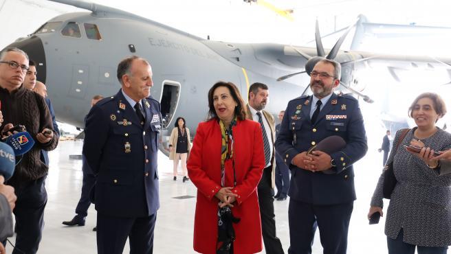 La ministra de Defensa en funciones, Margarita Robles junto a altos mandos militares Aéreos en la Base Aérea Ala 31, en Zaragoza