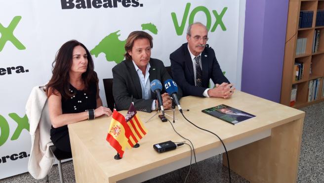 Los candidatos de Vox al Senado por Mallorca, Antonio Salvá y Manuela Cañadas, junto al presidente de Vox Baleares, Jorge Campos, en rueda de prensa