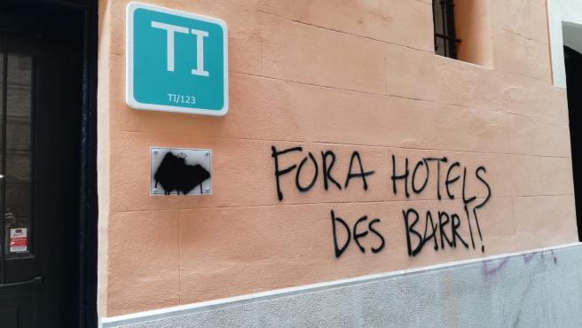 Pintada con el mensaje 'Fora hotels des barri' (fuera hoteles del barrio) en un establecimiento de turismo interior del centro de Palma.