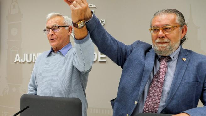 El alcalde de Valencia, Joan Ribó (izqda), junto al concejal de Hacienda, Ramón Vilar, muestra el lápiz de memoria que contiene los presupuestos municipales para 2020, al comienzo de la rueda de prensa en la que ha presentado las cuentas municipales para el próximo año.