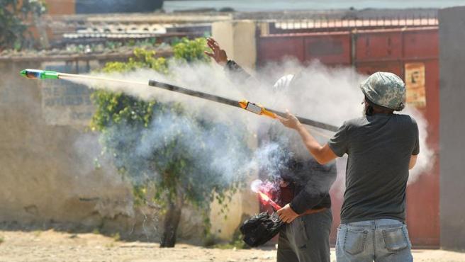 Manifestantes lanzan cohetes durante disturbios en Cochabamba (Bolivia).