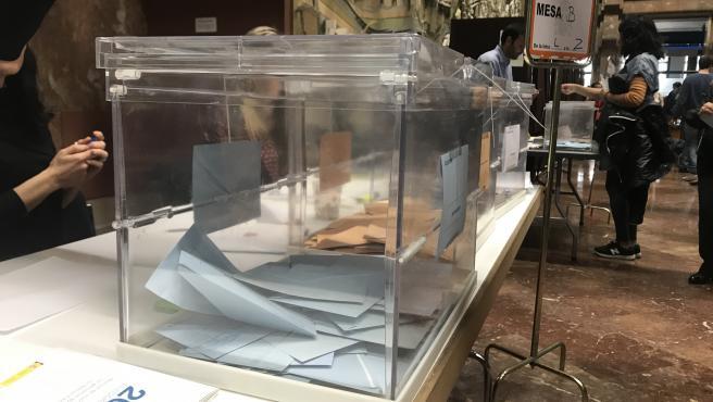 Urnas en el colegio electoral situado en el Ayuntamiento de Zaragoza