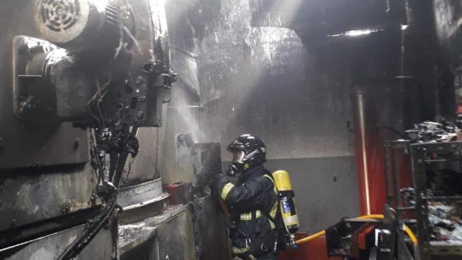 Bomberos sofocan un incendio en un taller de Tapia