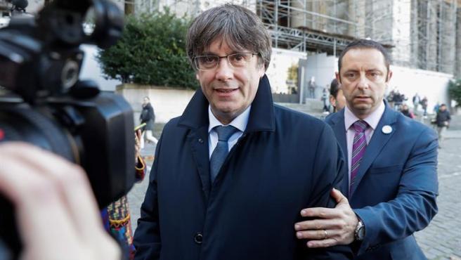 El expresidente catalán Carles Puigdemont, tras comparecer en un juzgado de Bruselas, Bélgica.