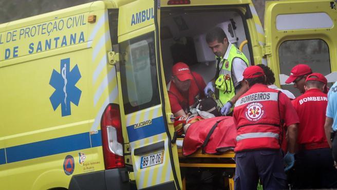 Los servicios de emergencia acuden a atender a los heridos tras el derrumbe del sendero.