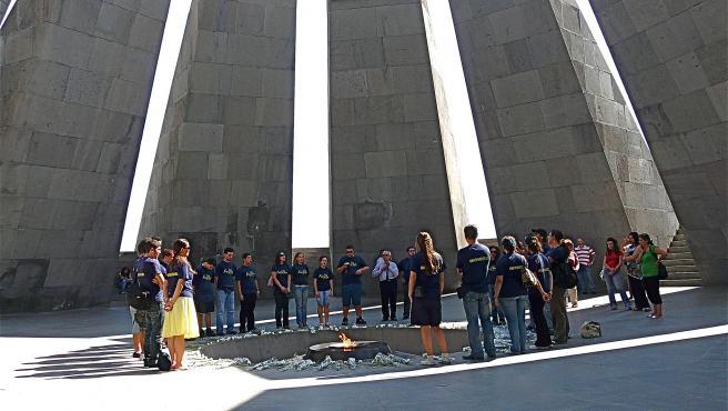 Un grupo de visitantes, en el Memorial del Genocidio Armenio de Tsitsernakaberd, en la capital de Armenia, Ereván, en una imagen de archivo.
