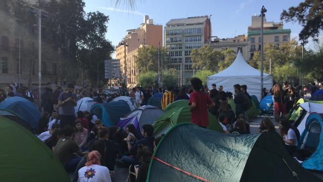 Jóvenes dicen 'basta' y empiezan una acampada indefinida en Plaza Universidad de Barcelona