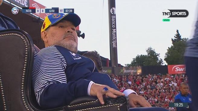Maradona dirigió a su equipo sentado en un cómodo sillón.