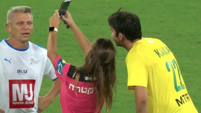 La colegiadase hace el selfie con el exjugador de Milán y Real Madrid.