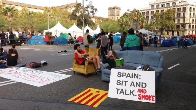 Jóvenes de la acampada indefinida de Barcelona, en un sofá.