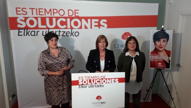De izquierda a derecha, María Solana, candidata de Geroa Bai al Congreso en las elecciones generales del 10 de noviembre, Uxue Barkos, líder de Geroa Bai, y Esther Cremaes, candidata al Senado.