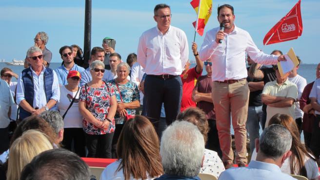 Diego Conesa y el alcalde de Los Alcázares, Mario Pérez, en el acto realizado por el PSOE en el municipio