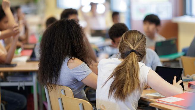 Dos jóvenes estudiantes en un aula