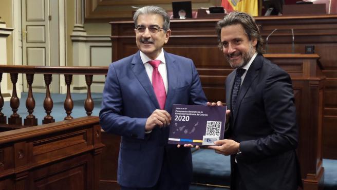 El consejero de Hacienda del Gobierno de Canarias, Román Rodríguez, entrega el proyecto de ley de presupuestos al presidente del Parlamento, Gustavo Matos