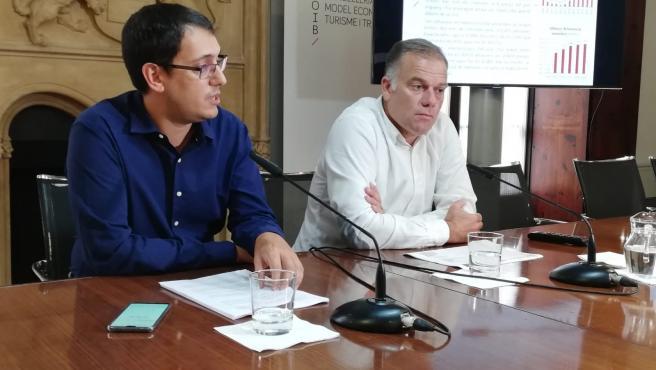 El conseller de Modelo Económico, Turismo y Trabajo, Iago Negueruela, y el director general de Modelo Económico y Empleo, Llorenç Pou.