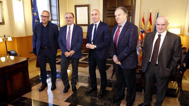 El presidente de Aragón recibe a miembros de la Federación española y aragonesa de Fútbol.