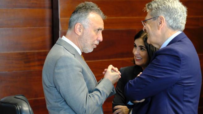 El presidente de Canarias, Ángel Víctor Torres, habla con los consejeros Carolina Darias y Julio Cruz