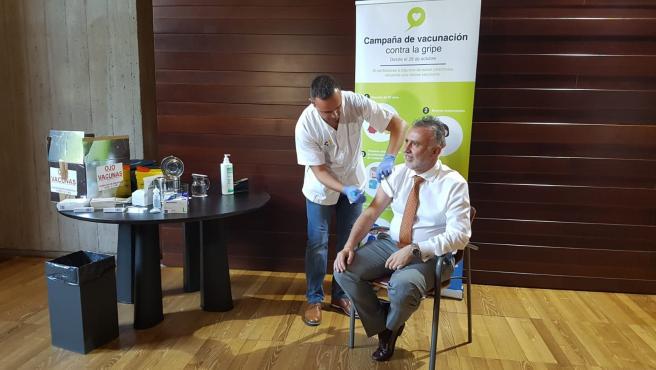 El presidente de Canarias, Ángel Víctor Torres, se vacuna contra la gripe