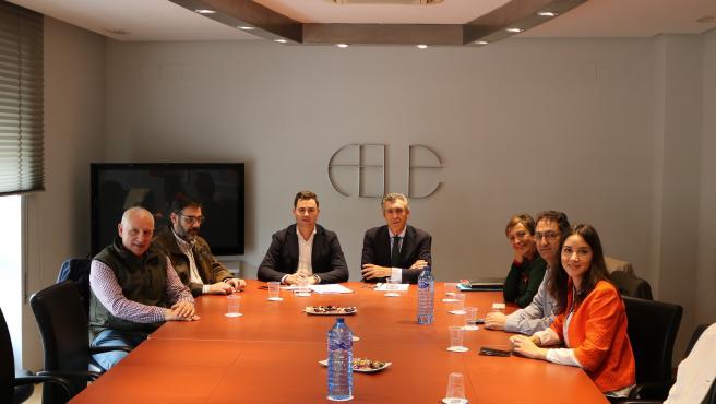 El presidente de FELE, Javier Cepedano, junto al cabeza de lista al Congreso de los Diputados por el PSOE, Javier Alfonso Cendón --en el centro de la imagen--.