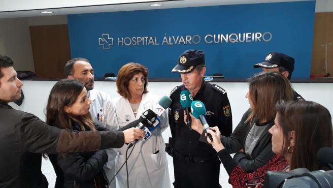 Imagen del comisario jefe, el gerente de la EOXI de Vigo y la responsable de la UCI del hospital Álvaro Cunqueiro.