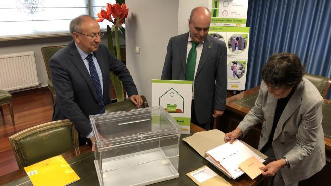 La delegada del Gobierno, Mercedes Martín, muestra el voto accesible para invidentes ante el subdelegado del Gobierno en Valladolid, Emilio Álvarez (izda) y el vicepresidente de Plena Inclusión, José Gómez (dcha).