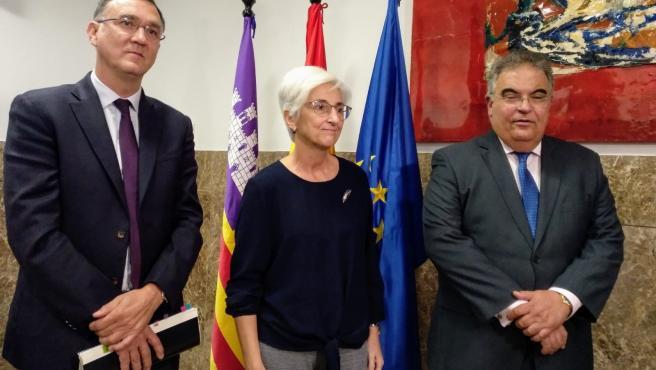 La fiscal general del Estado, María José Segarra (centro), visita la Fiscalía de Baleares.
