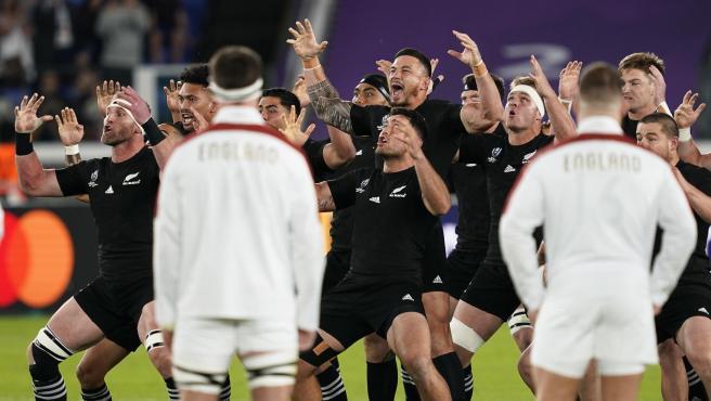 Los 'All Blacks' ejecutan su tradicional baile antes de la semifinal del Mundial.
