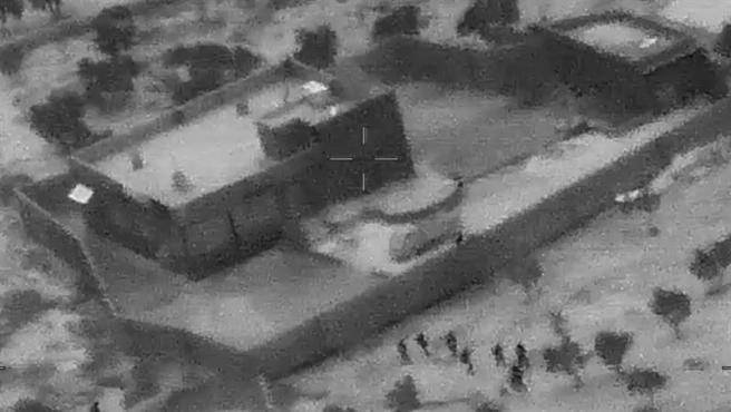 Captura de un vídeo grabado con un dron que muestra a militares estadounidenses (en la parte inferior de la imagen) avanzando hacia el complejo donde se escondía Abu Bakr Al Baghdadi, en Siria, durante la operación militar en la que murió el líder de Estado Islámico.