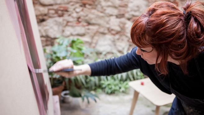 La valenciana Paula Bonet, pintando en su estudio