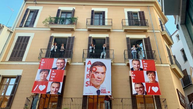 Pegada de carteles en la sede del PSIB de Palma