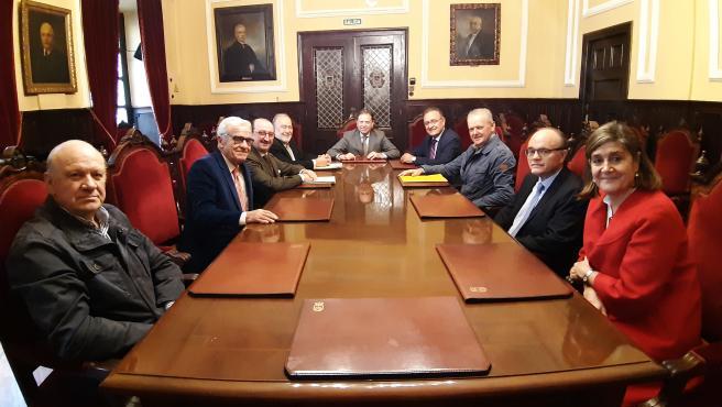 Reunión del alcalde de Oviedo, Alfredo Canteli, con representantes de colectivos y organismos oficiales que han entregado la petición de un emplazamiento destacado en la ciudad para Jaime Martínez, expresidente de Ópera de Oviedo.