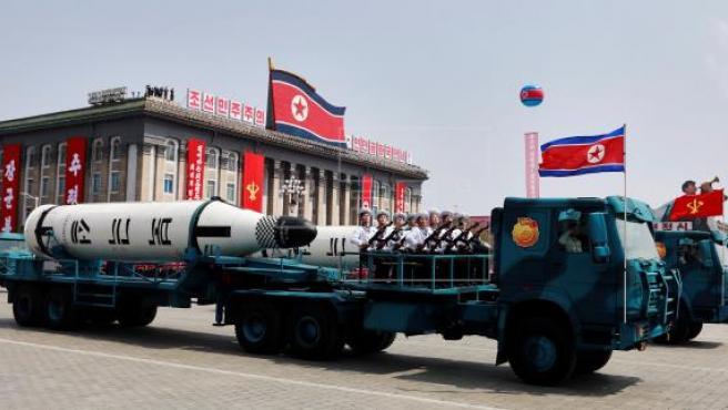 Un vehículo militar con dos misiles a bordo participa en un desfile por la festividad del Día del Sol en la plaza Kim Il Sung, en Pionyang (Corea del Norte).